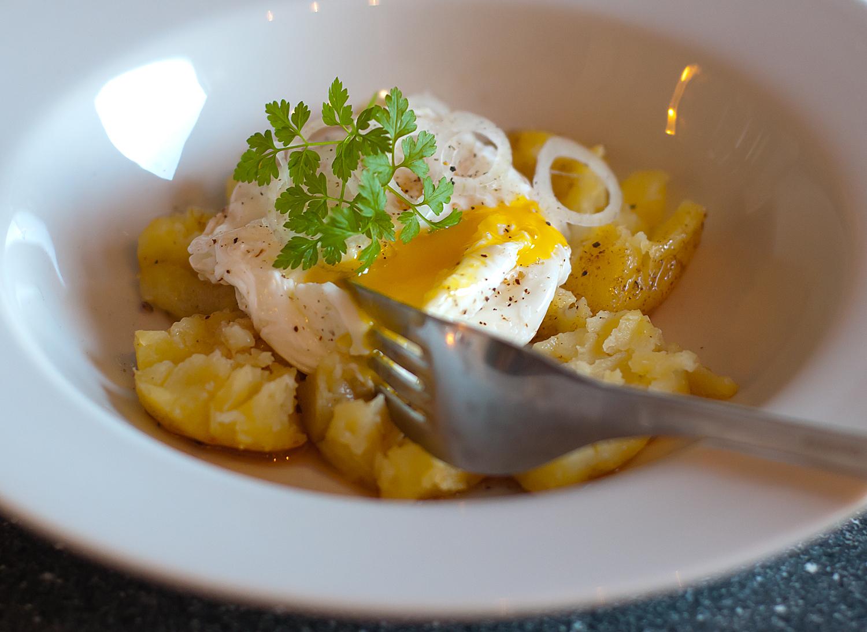 Knuste kartofler med pocheret æg og brunet smør - Sjønnes Mad