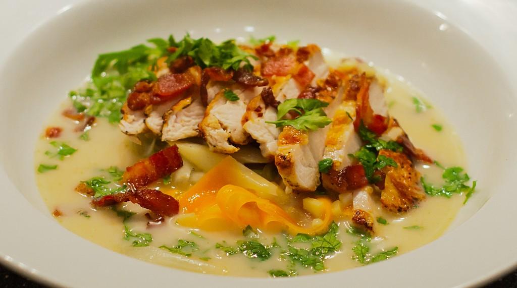 Kyllingesuppe med stegt bryst, bacon og grøntsager Sjønnes Mad