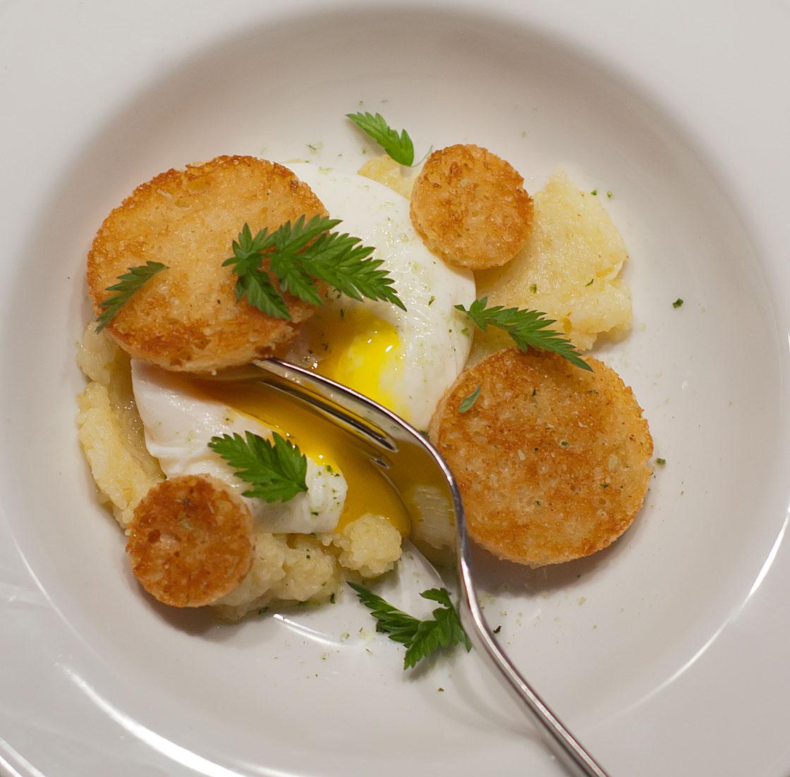 Bagt Kartoffelmos Med Æg pocheret æg, kartoffelmos og kryddercrouton sjønnes mad